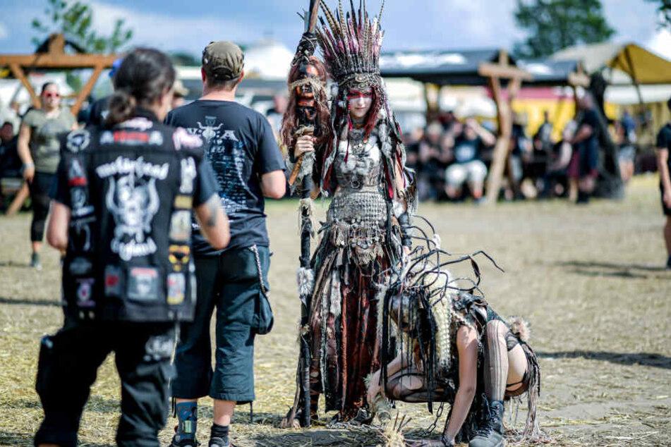 """Zwei kostümierte Mitglieder der """"Wasteland Warriors"""" stehen auf dem """"Wacken Open Air""""."""