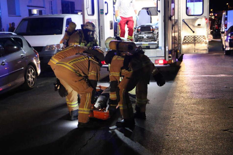 Der Bewusstlose wurde auf einer Trage in einen Rettungswagen gebracht.