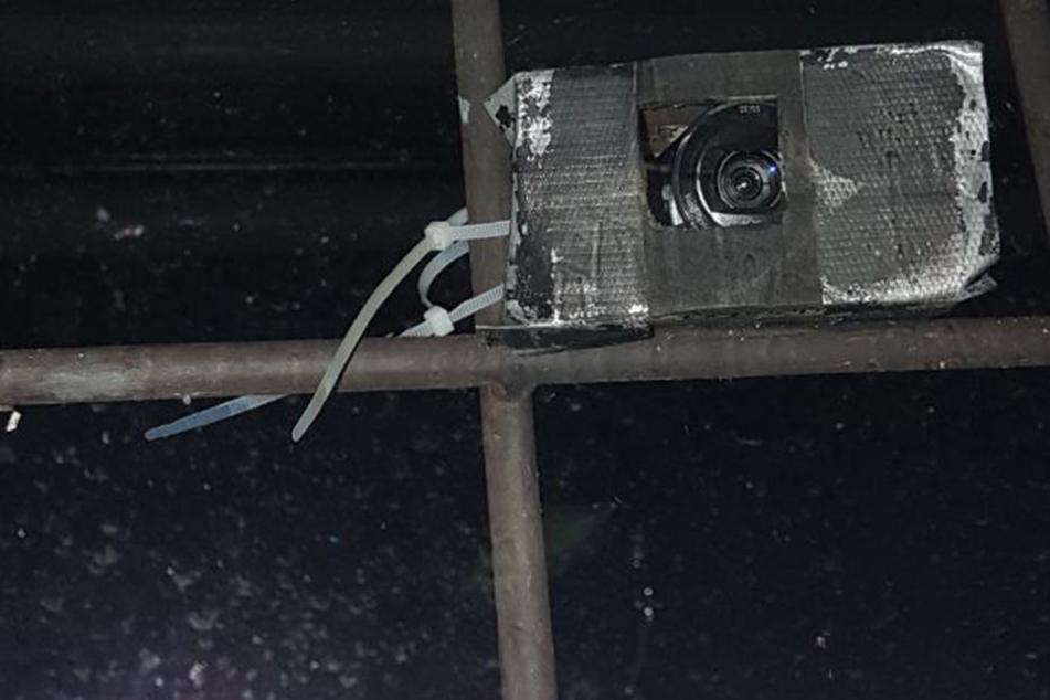 In einem Kasten mit Kabelbindern steckte ein alter Camcorder.