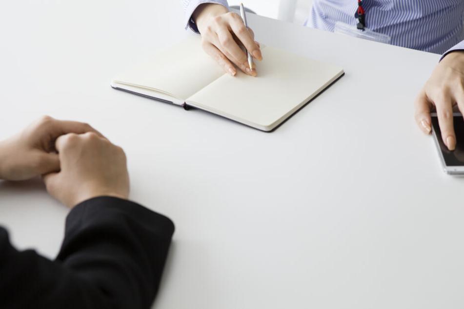 Nach der schriftlichen Bewerbung endet für die Gehörlose meist die Suche nach einer Arbeit. (Symbolbild)