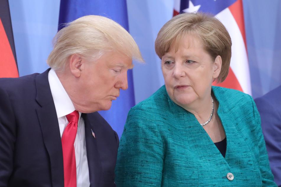 Donald Trump, Präsident der USA, und Bundeskanzlerin Angela Merkel (CDU) unterhalten sich beim G20-Gipfel im Jahr 2017. Merkel wird voraussichtlich nicht zum geplanten G7-Gipfel in die USA fliegen.