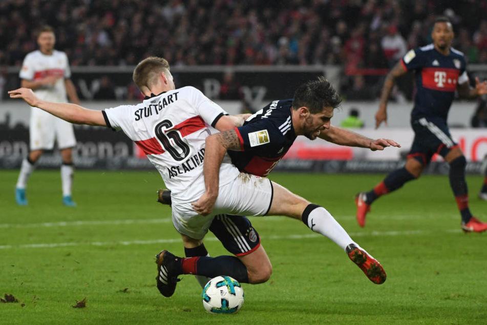 Im heftigen Zweikampf: Stuttgarts Santiago Ascacibar (l.) im Zweikampf mit Münchens Javi Martinez.