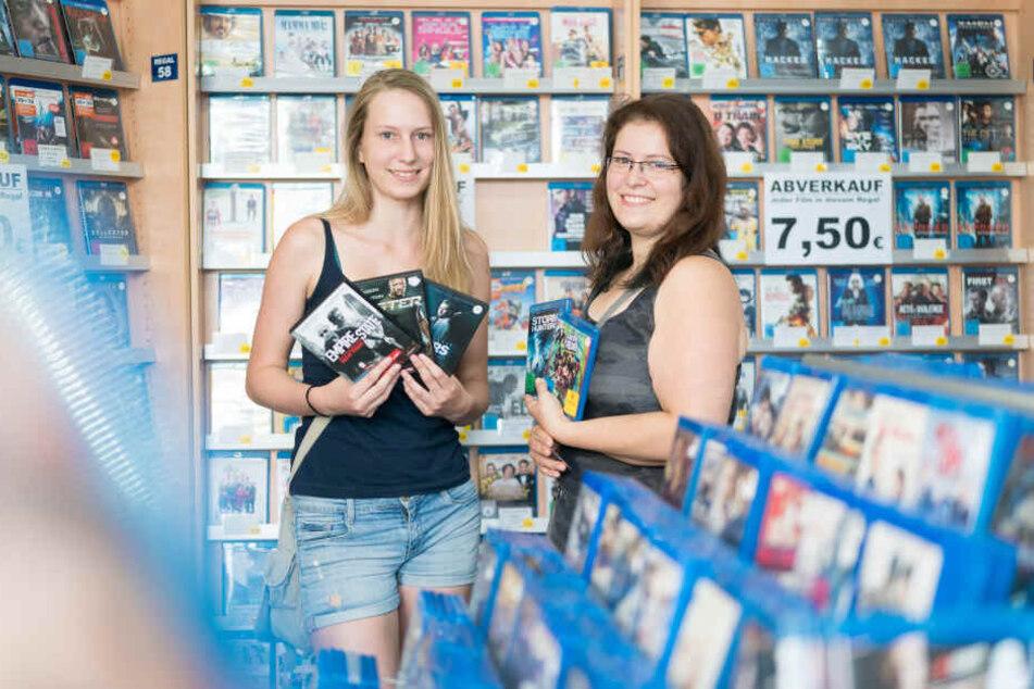 Julia Gilbert (18) und Katrin Müller (32) besuchten ein letztes Mal die Videothek. Sie schlugen im Abverkauf zu.
