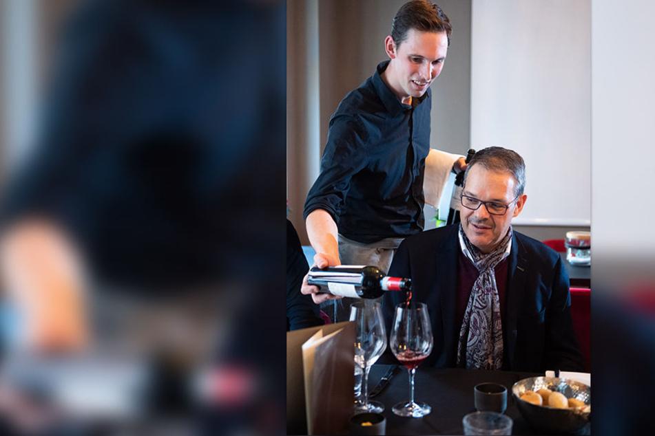 Welcher Wein soll es sein? Generalintendant Christoph Dittrich probiert den Rotwein, den Experte Thomas Kloiber empfohlen hat.