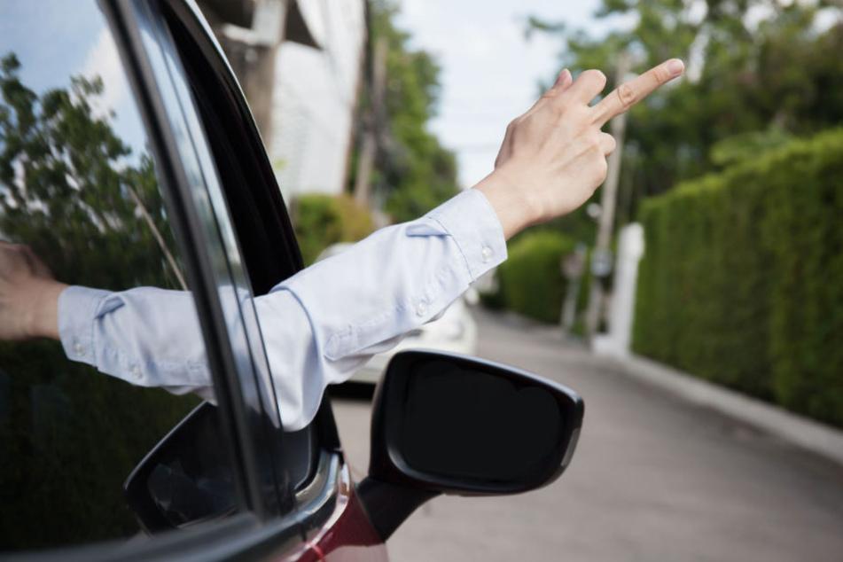 Als der Beifahrer seinen Mittelfinger ausstreckte, wurde der Mercedesfahrer so richtig sauer. (Symbolbild)