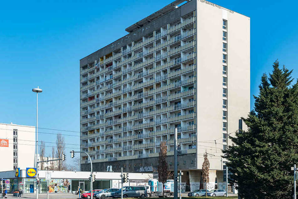 Ab Donnerstag ist das Wohnen im ruinösen Hochhaus am Pirnaischen Platz verboten.
