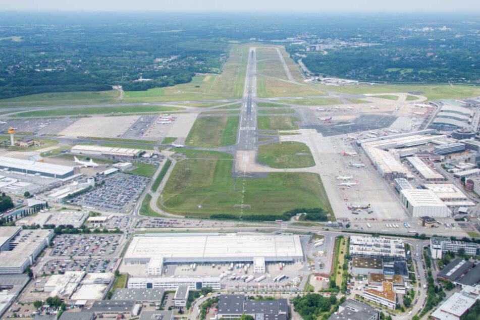 Blick auf eine Start- und Landebahn des Hamburger Flughafens.