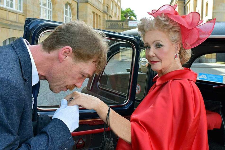Küss die Hand: Der Chauffeur verneigt sich vor Show-Diva Dorit Gäbler (74).
