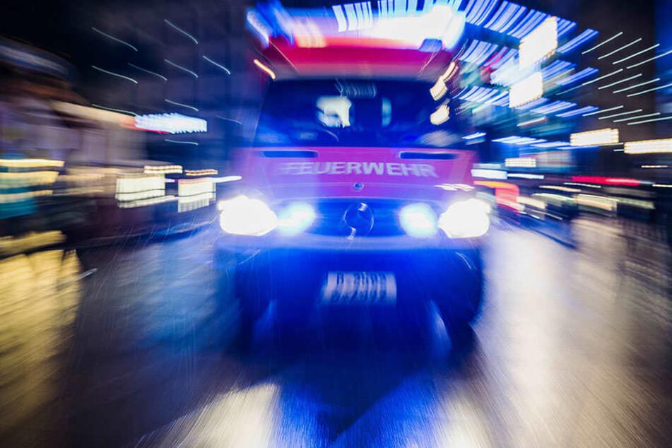 Die Rettungskräfte brachten beide Verletzten in ein nahgelegenes Krankenhaus gebracht. (Symbolbild)