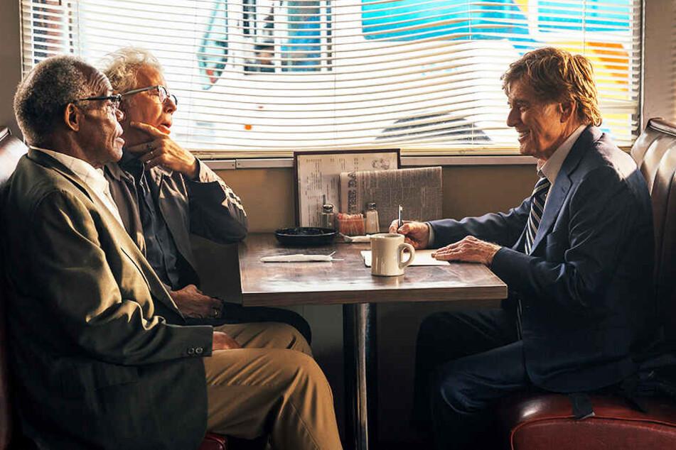 Forrest Tucker (Robert Redford) bespricht mit Teddy (Danny Glover) und Waller (Tom Waits) im Diner den nächsten geplanten Coup.