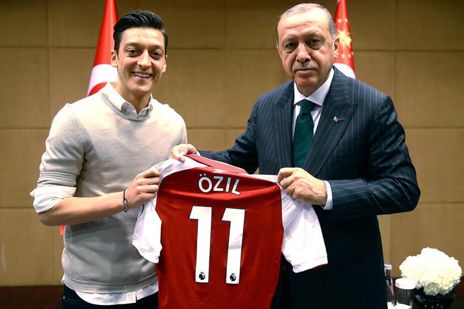 Ein Foto, das für mächtig Wirbel sorgte: Am 14. Mai 2018 lädt Türkei-Präsident Recep Tayyip Erdogan Özil, Ilkay Gündogan und Emre Can zu sich ein.