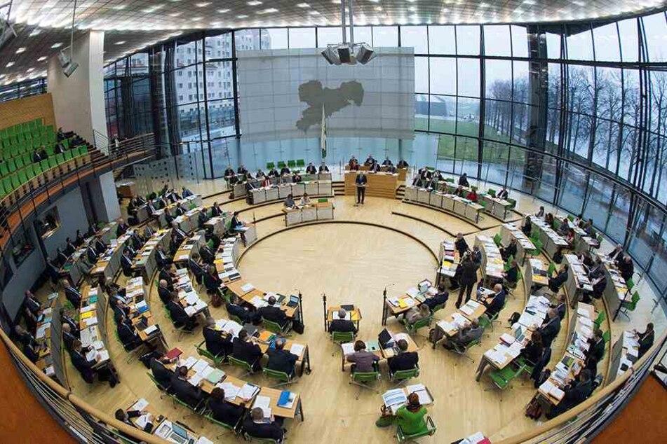 Das Plenum des sächsischen Landtags. Die CDU-Fraktion ist mit 59 Abgeordneten  stärkste Fraktion. Ihre Zone auf dem Bild reicht von der Mitte bis zur Mitte  links. Die Plätze linksaußen besetzen die AfD und vier ehemalige  AfD-Abgeordnete.
