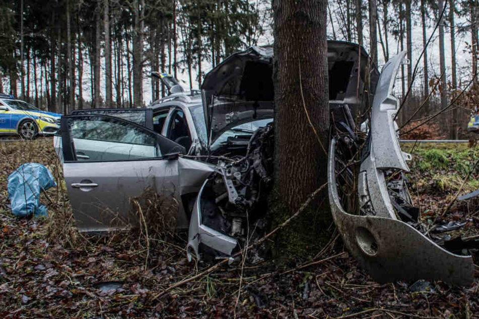 Unklar ist, warum der 32-Jährige mit seinem Wagen von der Fahrbahn abkam.