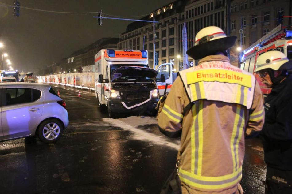 Rettungswagen im Einsatz rammt Auto: Ein Schwerverletzter