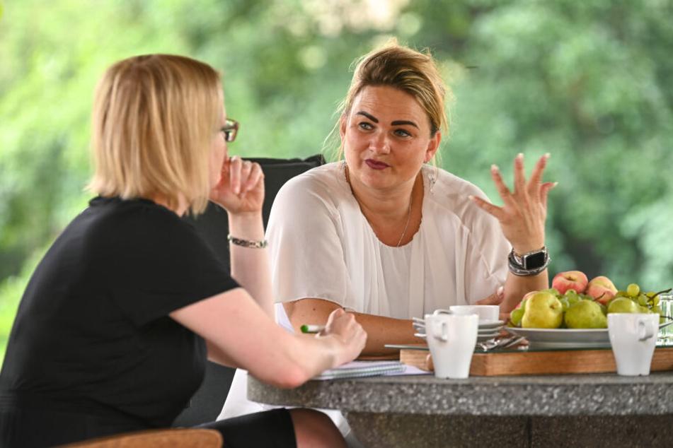 Cathleen Martin zu Hause in ihrem Garten im Gespräch mit TAG24-Redakteurin Juliane Morgenroth.