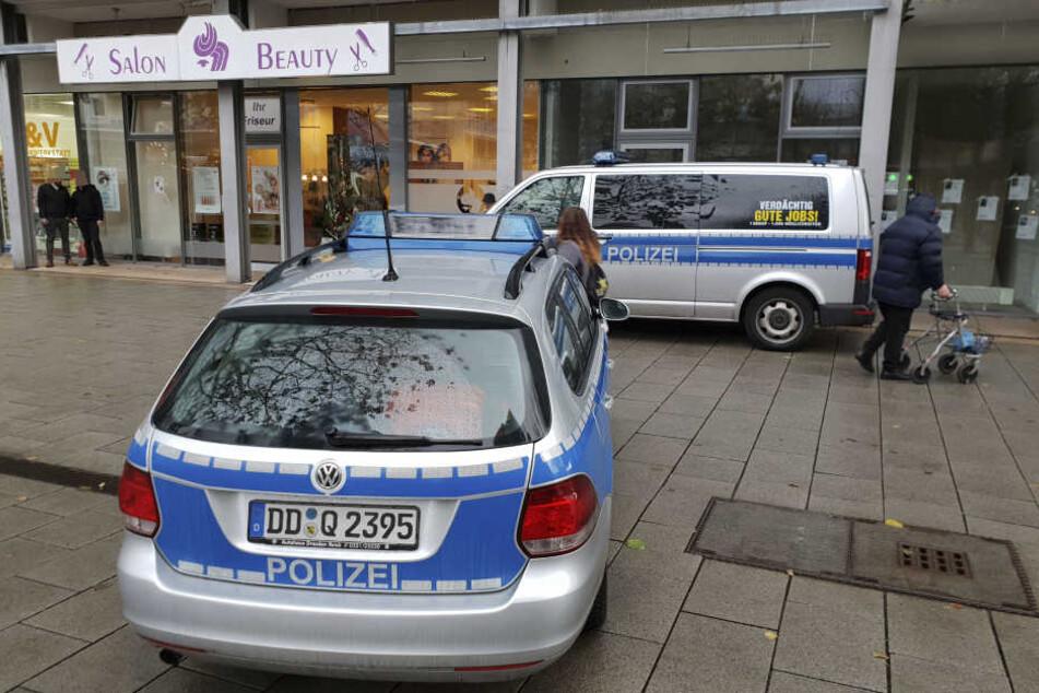 Während eines Polizeieinsatzes wurde das Geschäft im Rosenhof geöffnet und die Plakate entfernt.