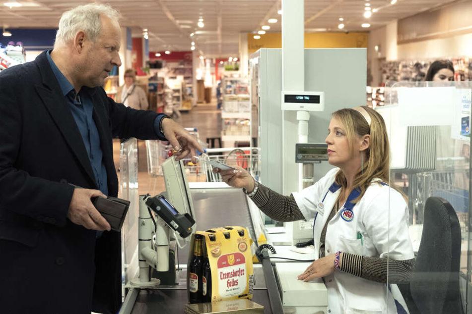 """Kommissar Borowski (Axel Milberg) stattet in einer Szene des """"Tatort: Borowski und das Glück der Anderen"""" Peggy Stresemann (Katrin Wichmann) einen Besuch im Supermarkt ab."""