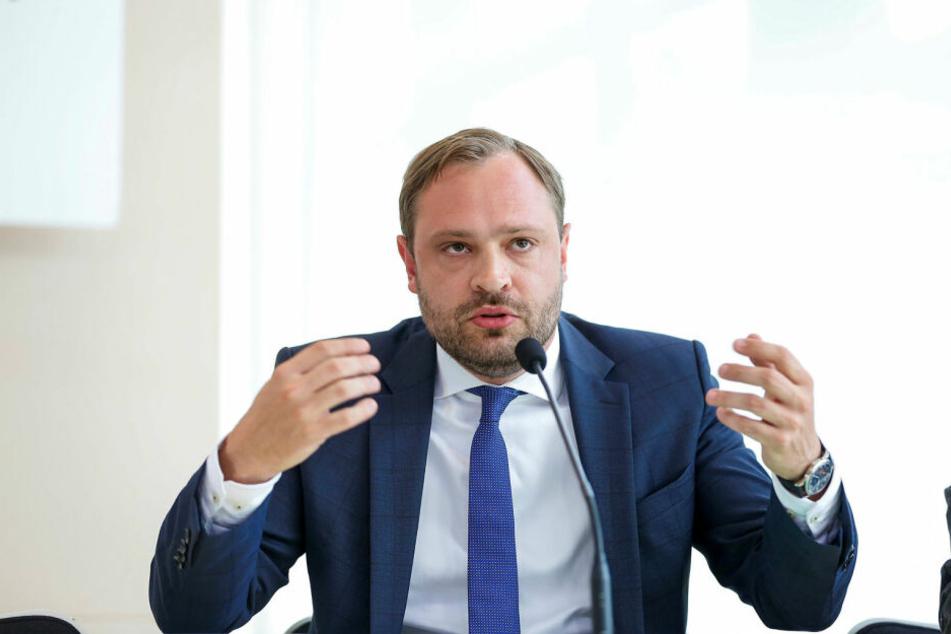 """Der Generalsekretär der CDU Sachsen, Alexander Dierks (31), beschrieb das Verbot von Schweinefleisch in Kitas als """"inakzeptabel"""". Gleichzeitig kritisierte er die Spontandemo von AdPM-Initiator André Poggenburg (44)."""