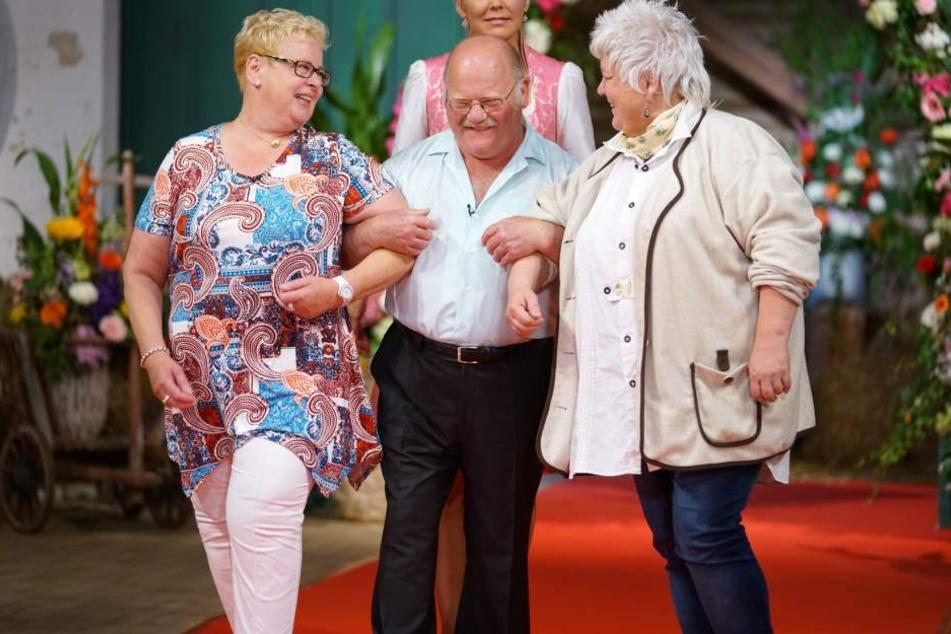 Mit seinem beiden Auserwählten Rosemarie (r.) und  Heidi verbrachte Bauer Günter seine Zeit beim Scheunenfest. Mit nach Thüringen durfte dann Rosemarie.