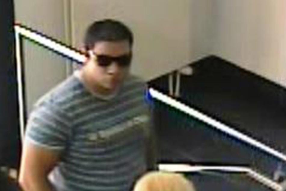 Mit Sonnenbrille und Badelatschen kommt der Betrüger in die Zittauer Bankfiliale.