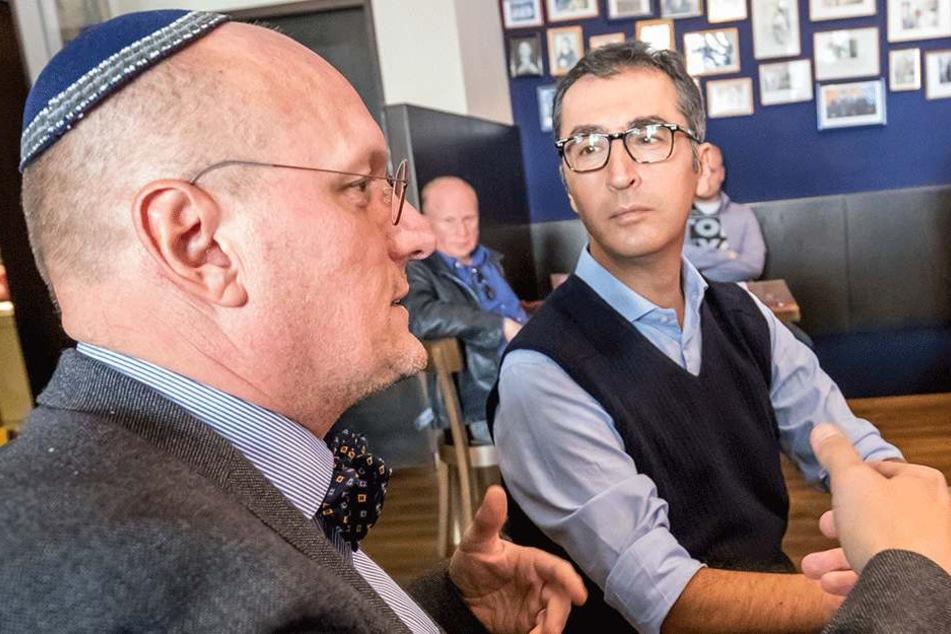 """""""Schalom""""-Chef Uwe Dziuballa (53) berichtet vom Angriff auf sein jüdisches Lokal. Cem Özdemir (52, Grüne) hört aufmerksam zu."""