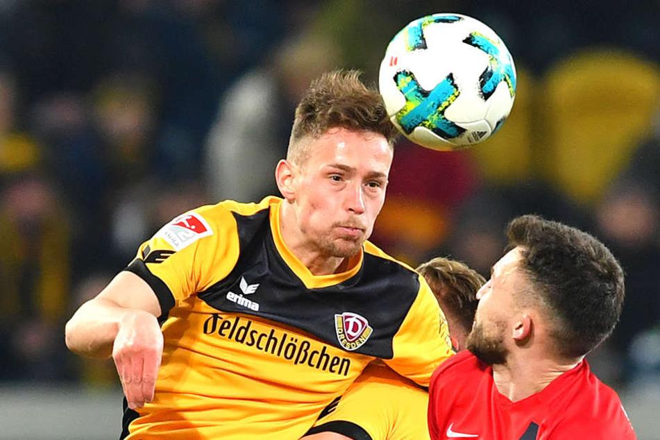 Jannik Müller (l.) im Zweikampf mit Heidenheims Denis Thomalla. Gegen die Baden-Württemberger agierte Dynamos Chamäleon als Rechtsverteidiger.