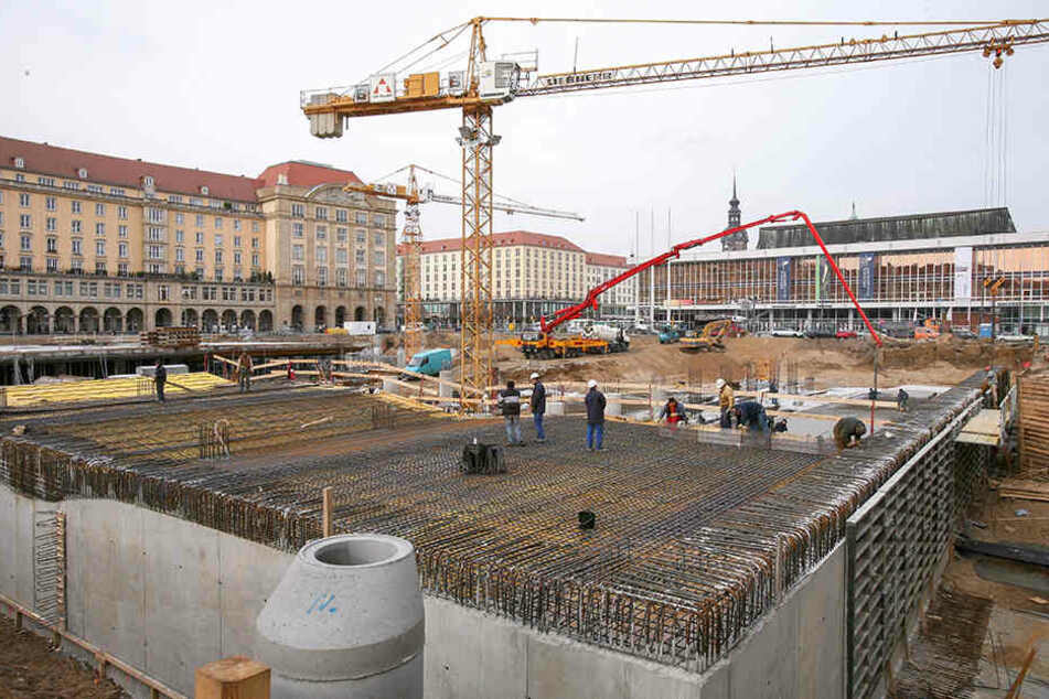 Erst mal kann der Altmarkt noch für Striezelmarkt & Co. genutzt werden. Doch gleich nach Fertigstellung der Augustusbrücke wird der Platz zur gigantischen Baustelle werden.