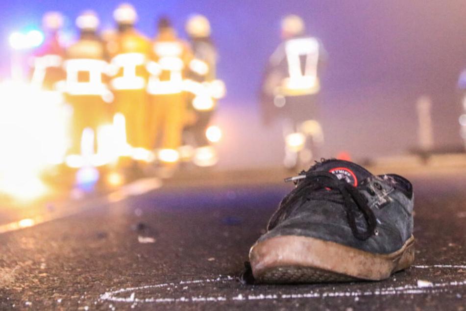 Schlimmer Unfall! 20-Jähriger im Nebel überrollt: Einsatzkräfte werfen Auto zur Seite