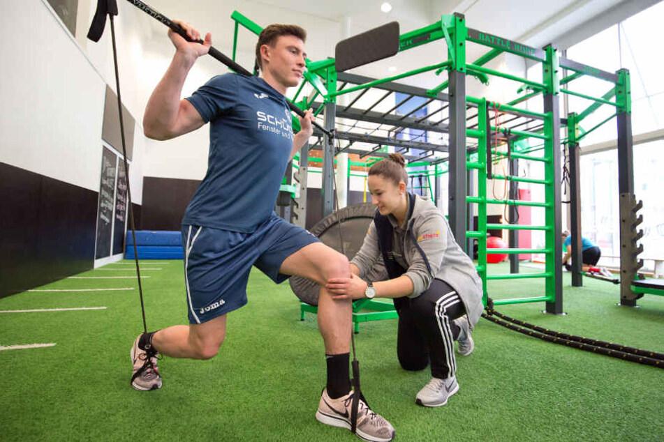 Mit der Athletiktrainerin Jennifer Becker baut er die Muskeln im Knie wieder auf.
