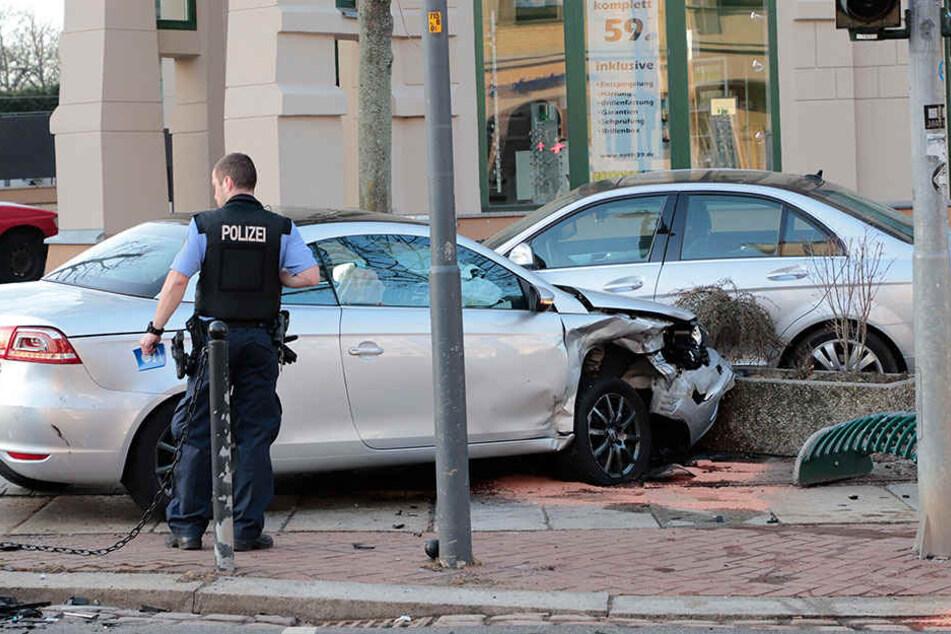Heftiger Crash auf dem Kaßberg: VW wird auf Fußweg geschleudert