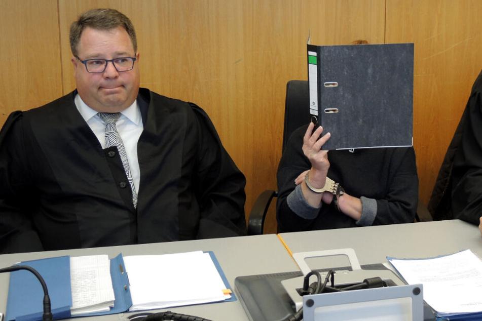 Pflegerin missbraucht zwei demente Seniorinnen: Satte Haftstrafe!