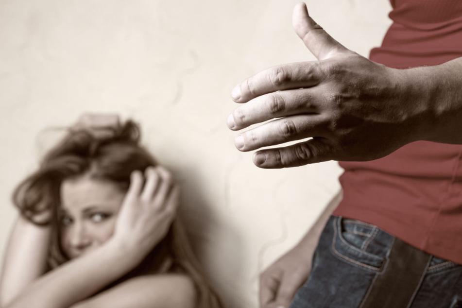 Der 20-Jährige belästigte die junge Frau an der Haltestelle, schließlich griff er ihr zwischen die Beine. (Symbolbild)