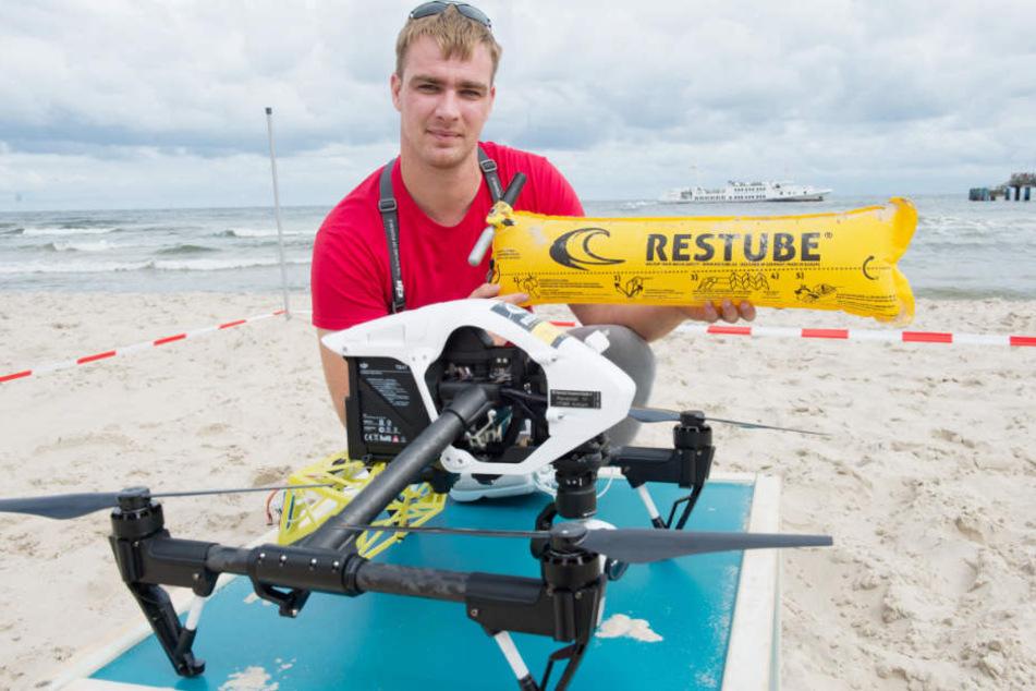 Die Retter-Drohnen werfen aus der Luft Schwimmhilfen ab. (Archivfoto)