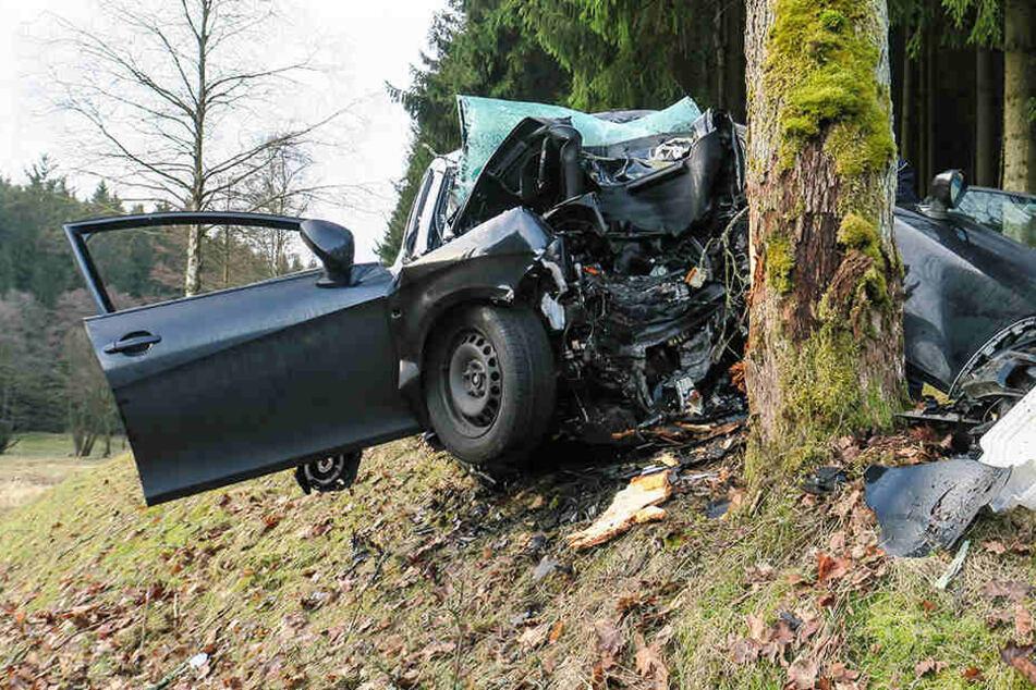 Tödlicher Unfall im Erzgebirge: 27-Jähriger stirbt nach Frontal-Crash
