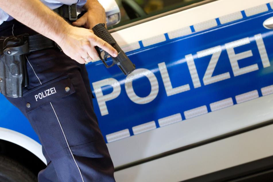 Polizei eröffnet Feuer auf 63-Jährigen: Angreifer geht schwer verletzt zu Boden