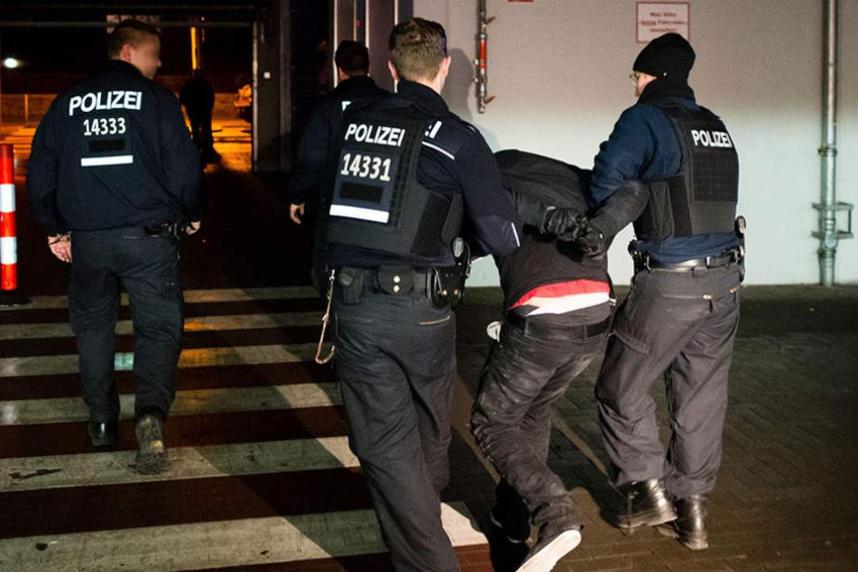 Bei der Festnahme hat der 28-Jährige um sich getreten und geschlagen. (Symbolbild)