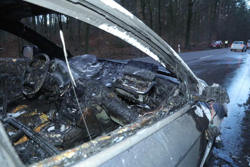 Das Fahrzeug brannte komplett aus.