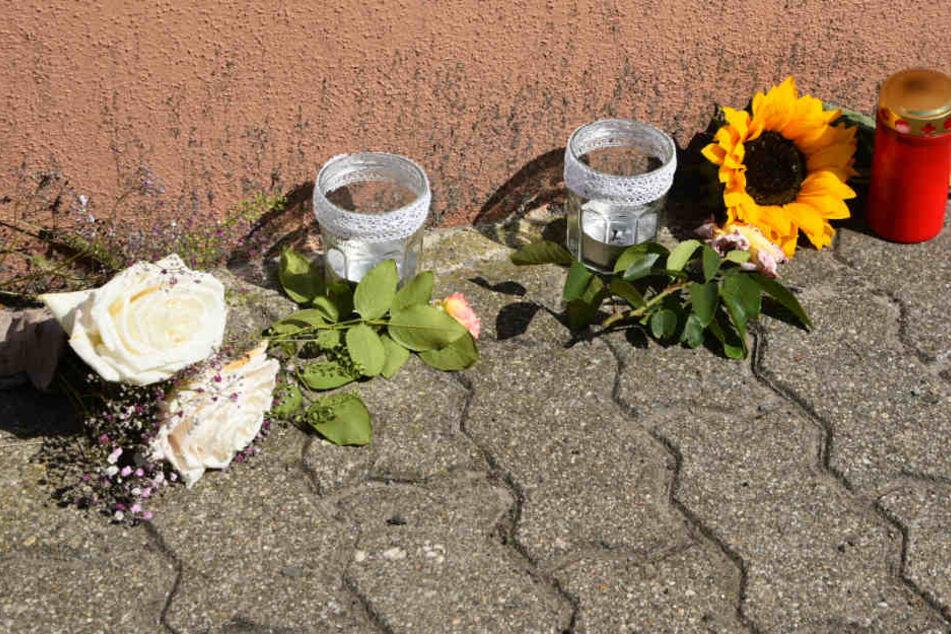 Blumen vor dem Haus in Kirchheim, in dem sich die Tragödie abgespielt hat.