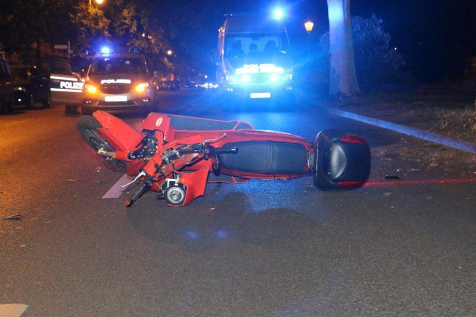 Der Elektroller liegt auf der Straße in Kreuzberg.