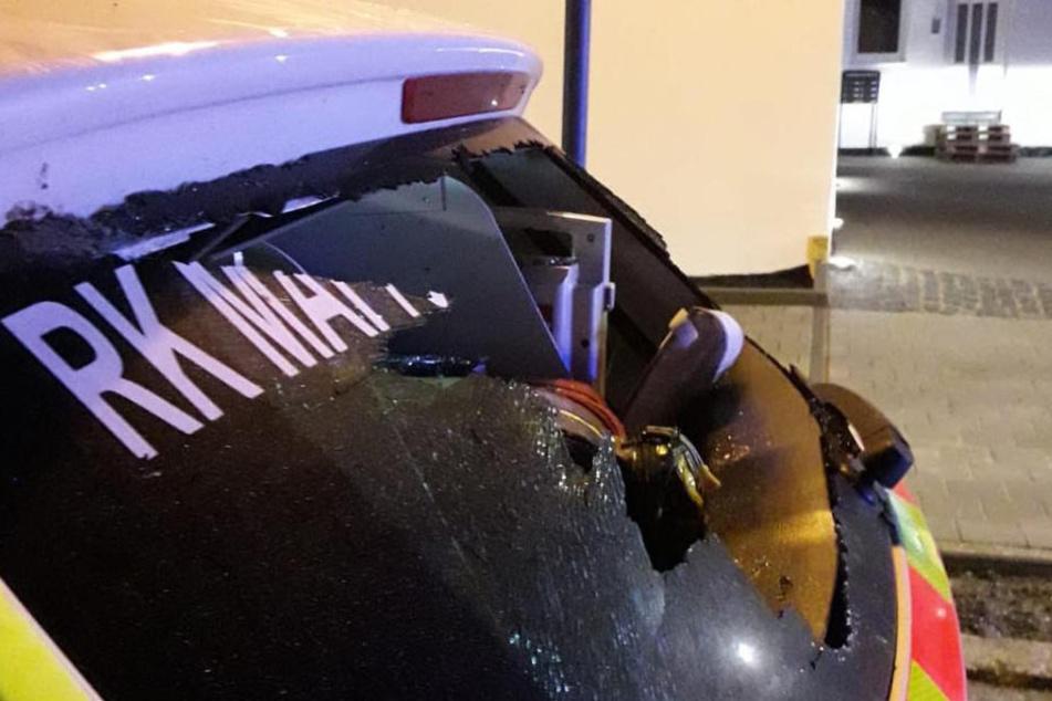 Mit einer Eisenstange schlug der Mann die Heckscheibe eines Einsatzfahrzeuges ein.