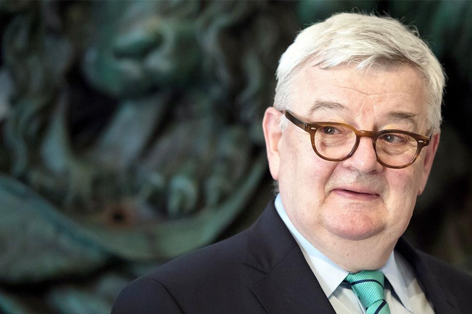 Joschka Fischer (69, Die Grünen) sieht die AfD in der Tradition mit Nazis.
