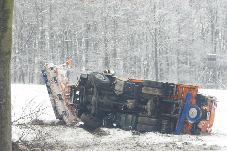 Bei Colditz ist am Samstag ein Winterdienstfahrzeug von der Fahrbahn abgekommen. Schnee und Temperaturen um die 0 Grad hatten vielerorts für Glätte gesorgt.