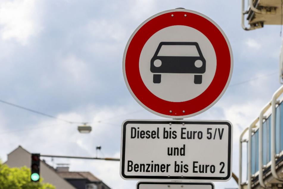 Ein Schild weist in Darmstadt auf das Diesel-Fahrverbot hin (Archivbild).