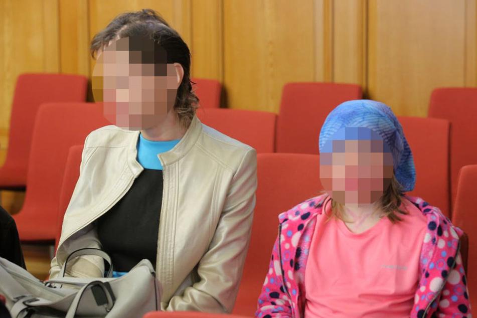 Seine Frau Monika und seine Tochter sitzen mit im Gerichtssaal. Die Feuernarben sind deutlich zu erkennen.