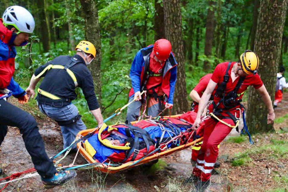Der Verletzte konnte nicht mehr eigenständig gehen, musste per Trage zum Heli gebracht werden.