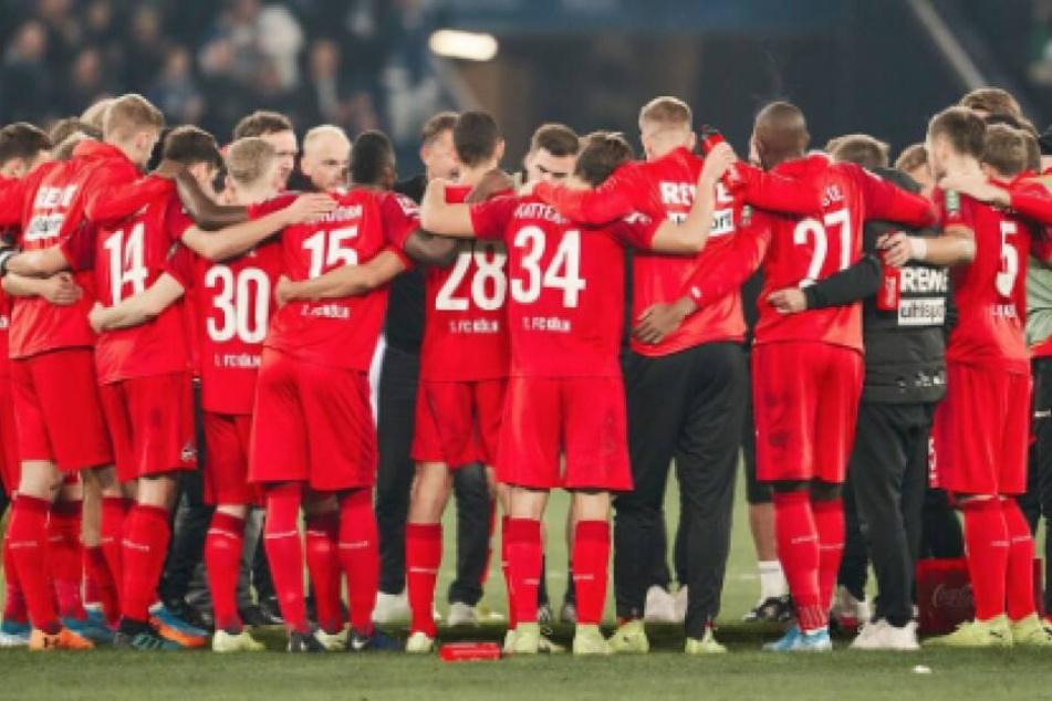 Die Mannschaft des 1. FC Köln steht zusammen.