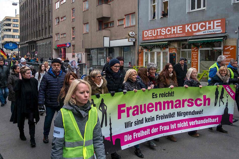 """Mehrere Demonstranten bei dem rechten """"Frauenmarsch"""" in Berlin."""