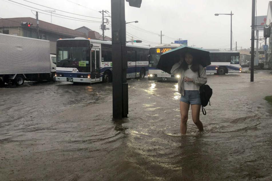 Eine Straße in Narita, östlich von Tokio, ist durch heftige Regenfälle überflutet.