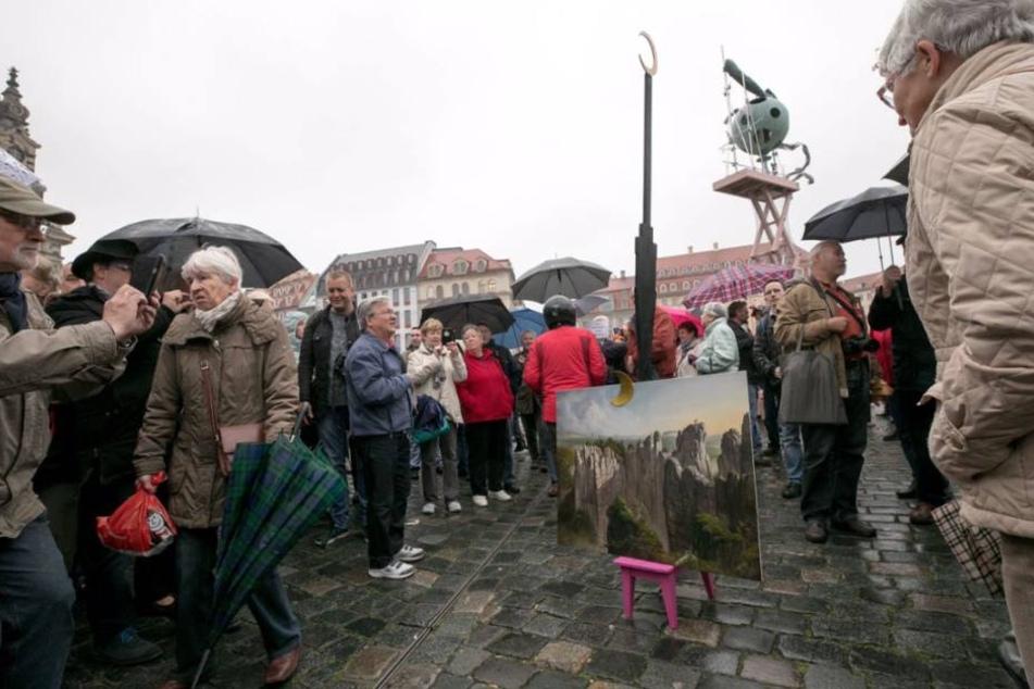 """Steimle hatte für zwei Stunden einen hölzernen Fernsehturm mit Halbmond als """"Kunstwerk"""" mit dem Namen """"Rischdsche Gunsd"""" aufgestellt."""