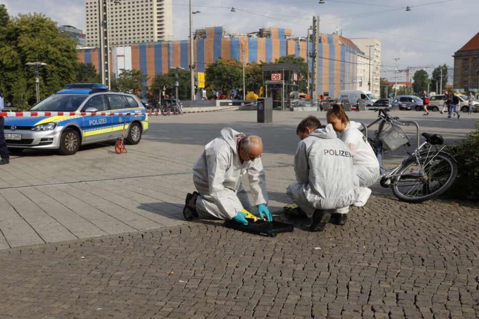 Kriminaltechniker untersuchen das Areal am Leipziger Hauptbahnhof nach Spuren.